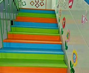 彩色幼儿园楼梯地板